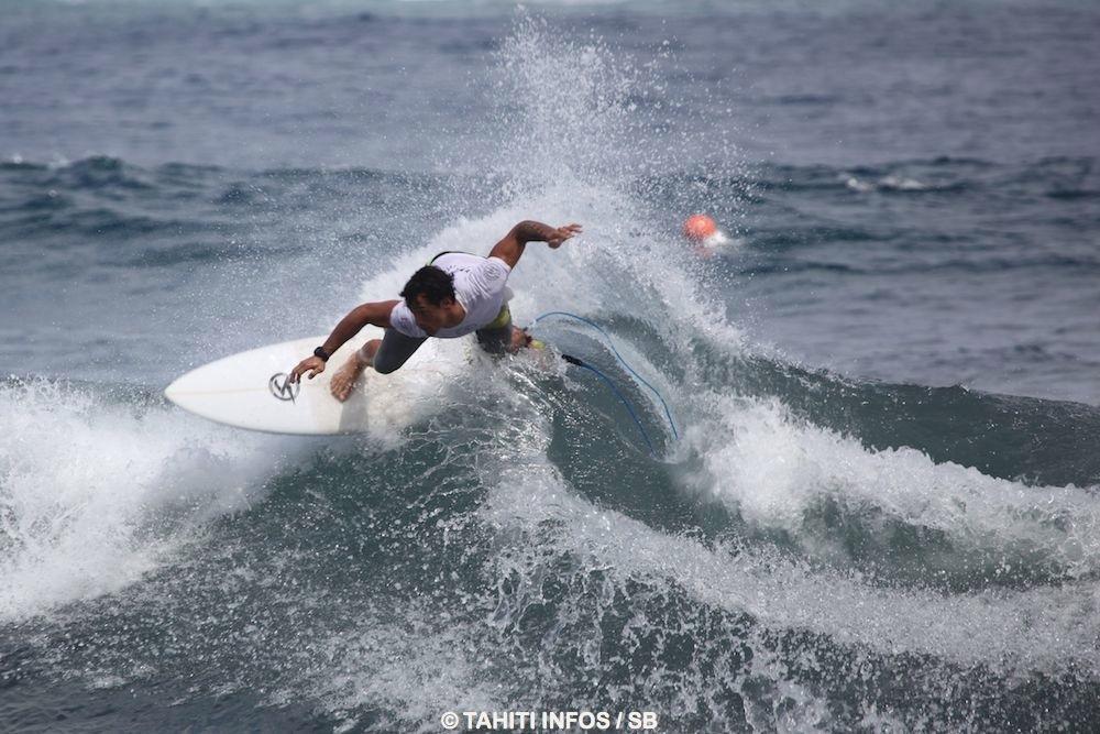 Taumata Puhetini excelle au récif comme à la plage, il est un surfeur complet