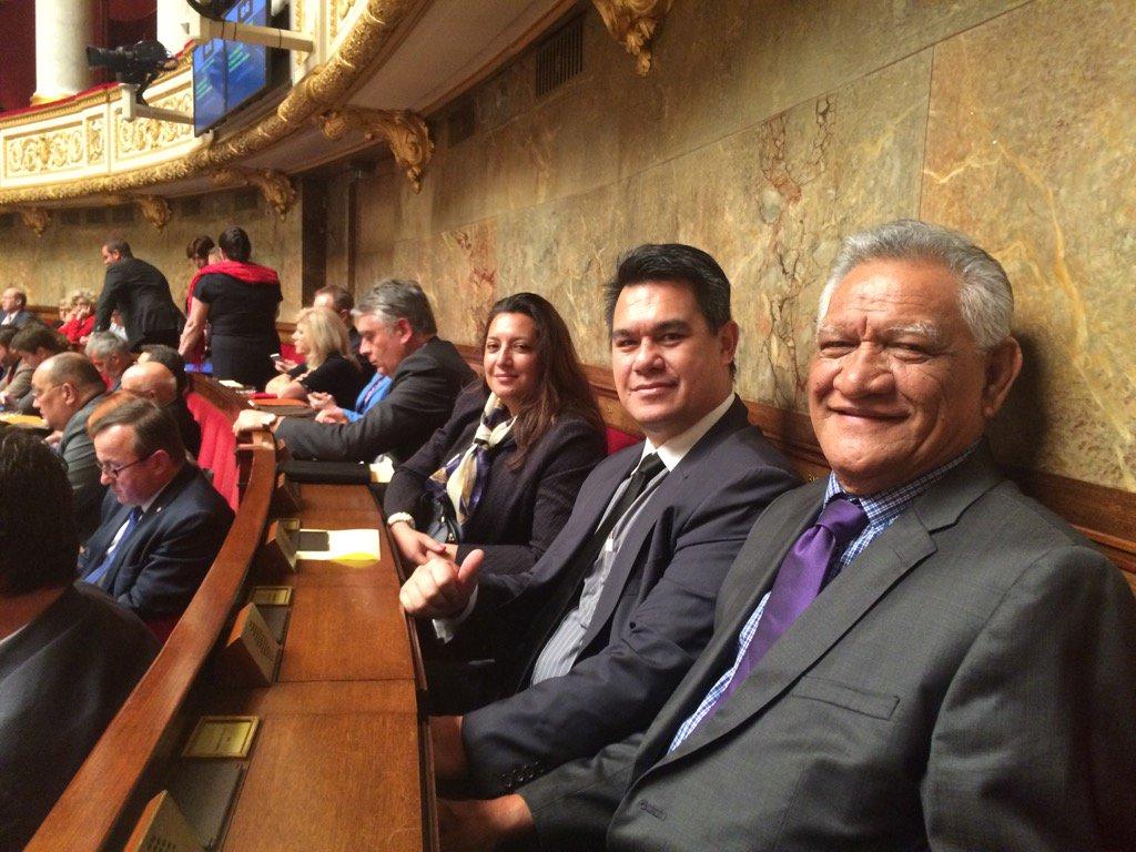 Les trois députés polynésiens dans l'hémicycle juste avant le vote en première lecture de la loi de finances 2016.