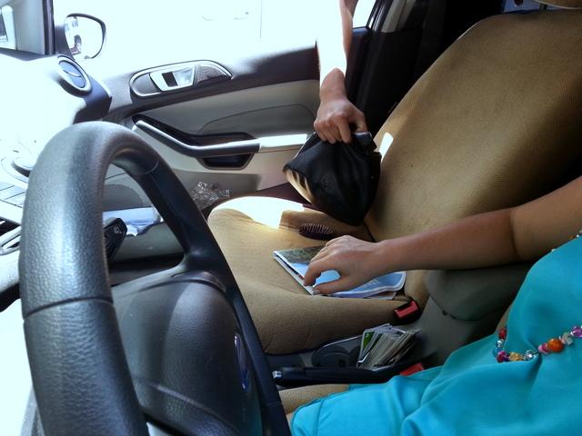 Le voleur arrive à pied et cible généralement des conductrices pour leur voler le sac à main posé sur le siège passager.