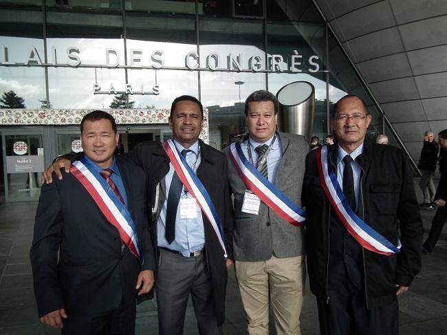 Tearii Alpha à Paris, entouré d'Alain Sangue, maire délégué de Papeari, et de deux autres élus de Teva i tua, Tamatoa Doom et Alfred Haapuea.