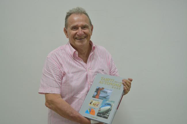 """Patrick Pons et son dernier """"opus"""", le 4e tome de la série """"Tahiti Autonome"""". Tahiti autonome 1996 à 2000 de Patrick Pons est un livre de 280 pages (avec 583 photos). Il est vendu dans les librairies Archipels, Klima, Odyssey, dans les magasins Carrefour, à Hyper U, R 2000 à Tahiti. Mais aussi à Kina à Moorea (Maharepa) et à la librairie de Uturoa."""