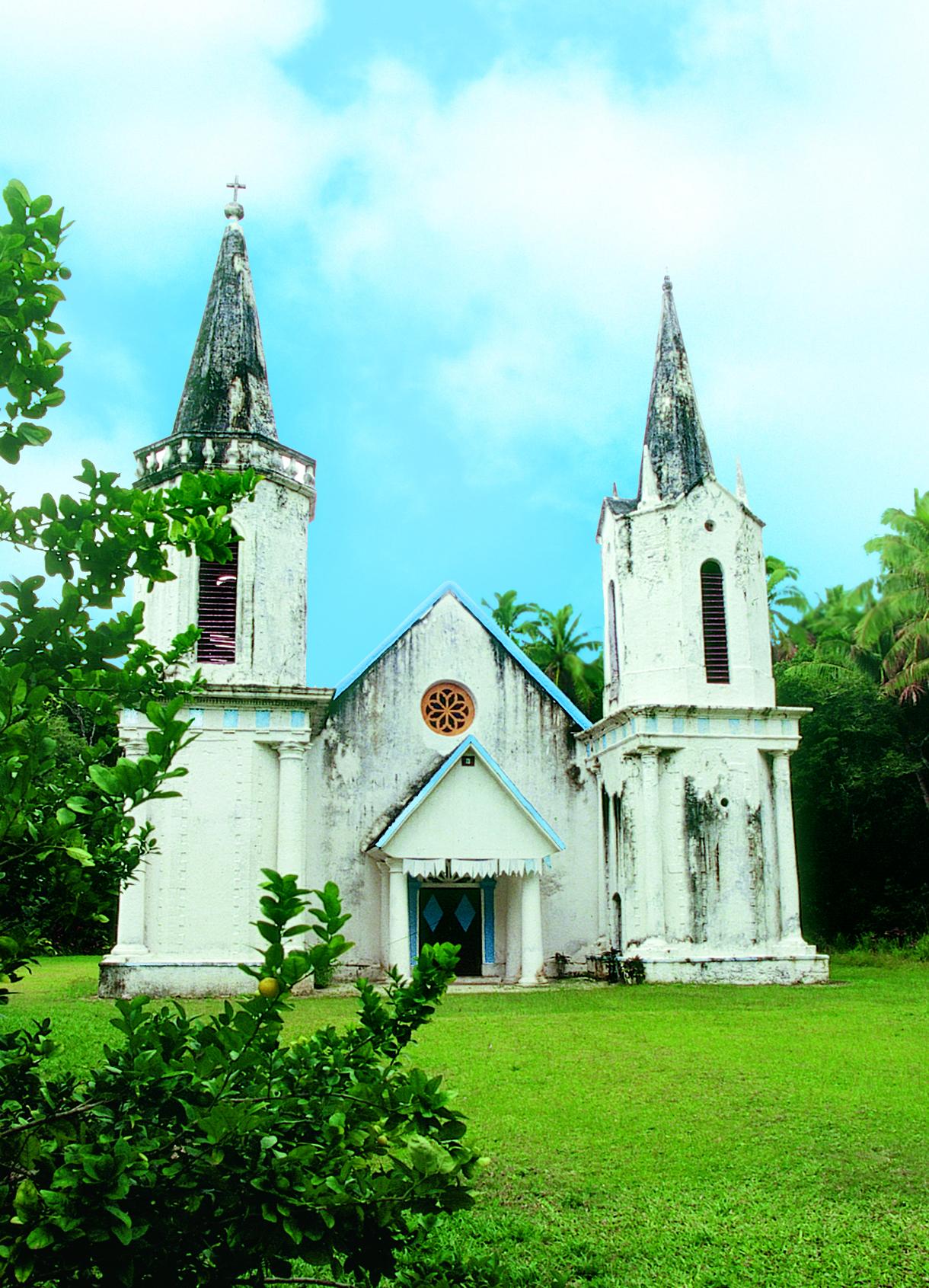 Sur l'île de Aukena, le père Laval avait fait bâtir un collège pour former les jeunes Mangaréviens. La nature, petit à petit, reprend ses droits.