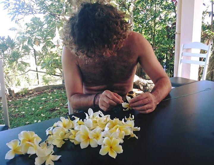 Une des  premières activités réalisées : la confection d'un collier de fleurs