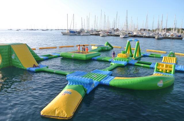 """46 bouées gonflables réparties sur 1 300 m² composent le """"Tahiti Sea Parc"""" de Punaauia"""