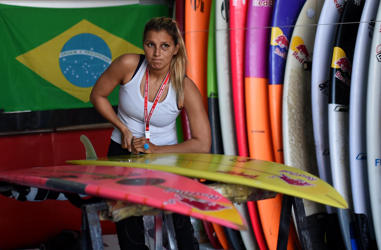 """Miraculée, une surfeuse brésilienne défie à nouveau """"les plus grosses vagues du monde"""""""
