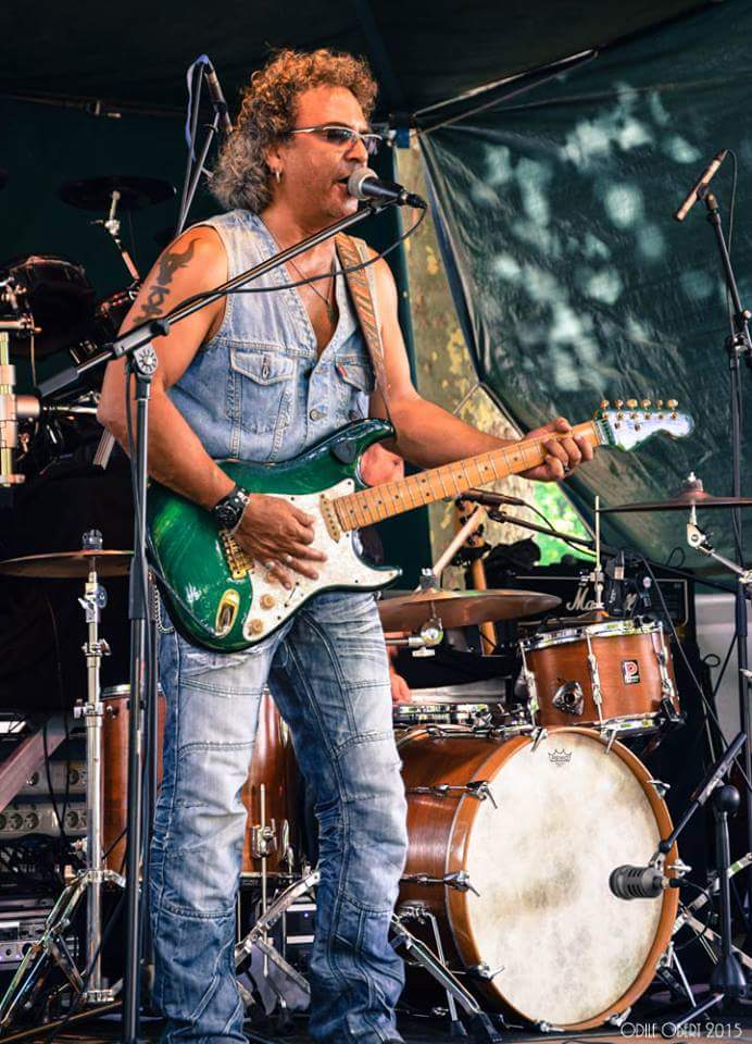 Jean-Luc Nemours est chanteur et surtout auteur compositeur de rock blues.