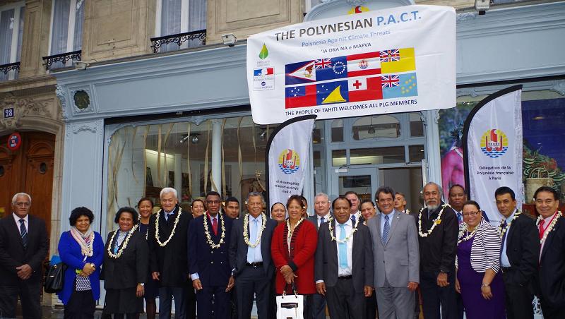 """La photo de la """"famille"""" océanienne devant la Délégation polynésienne à Paris."""