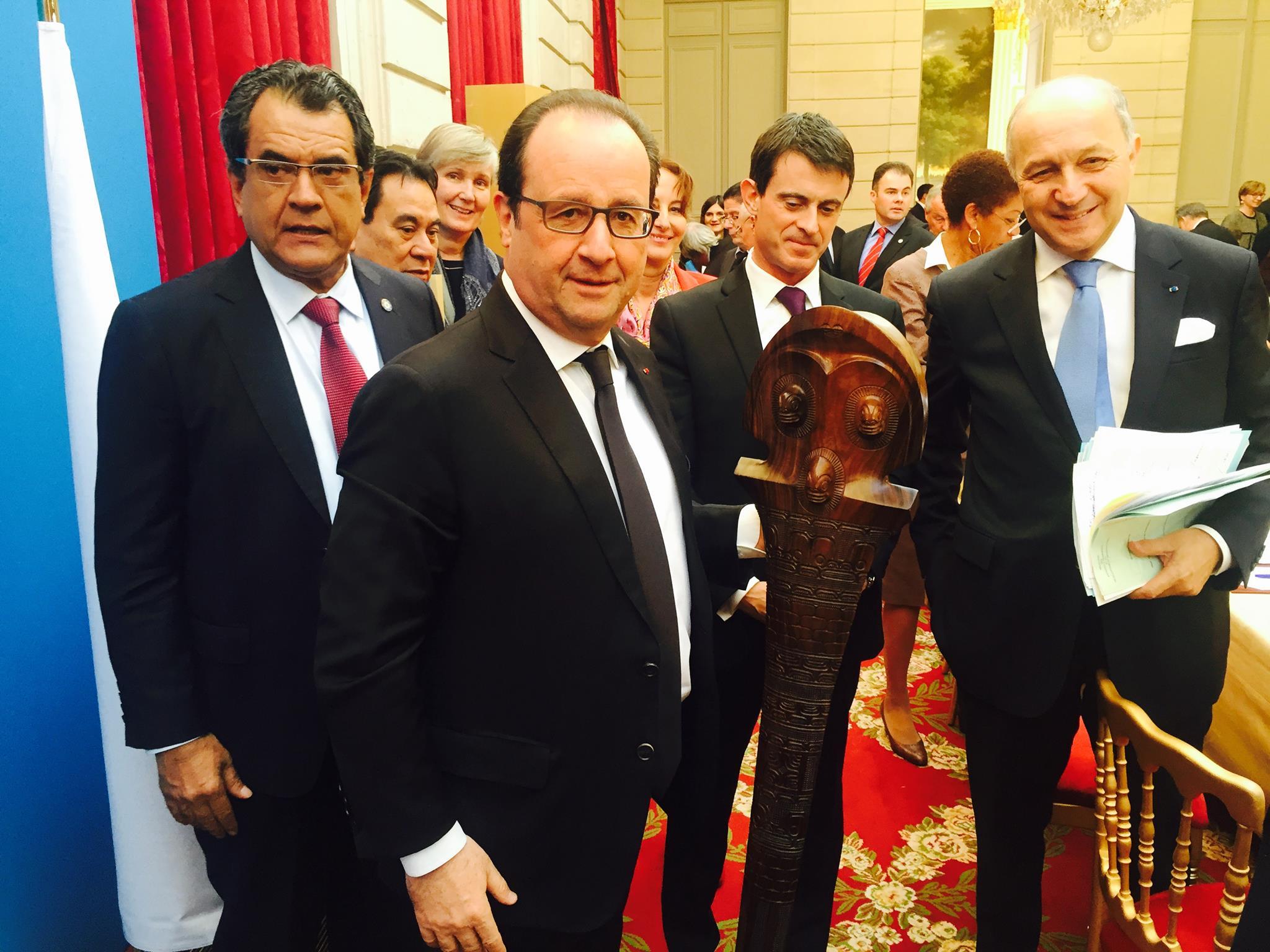 françois Hollande reçoit un casse tête marquisien des mains d' Edouard Fritch ( DR)