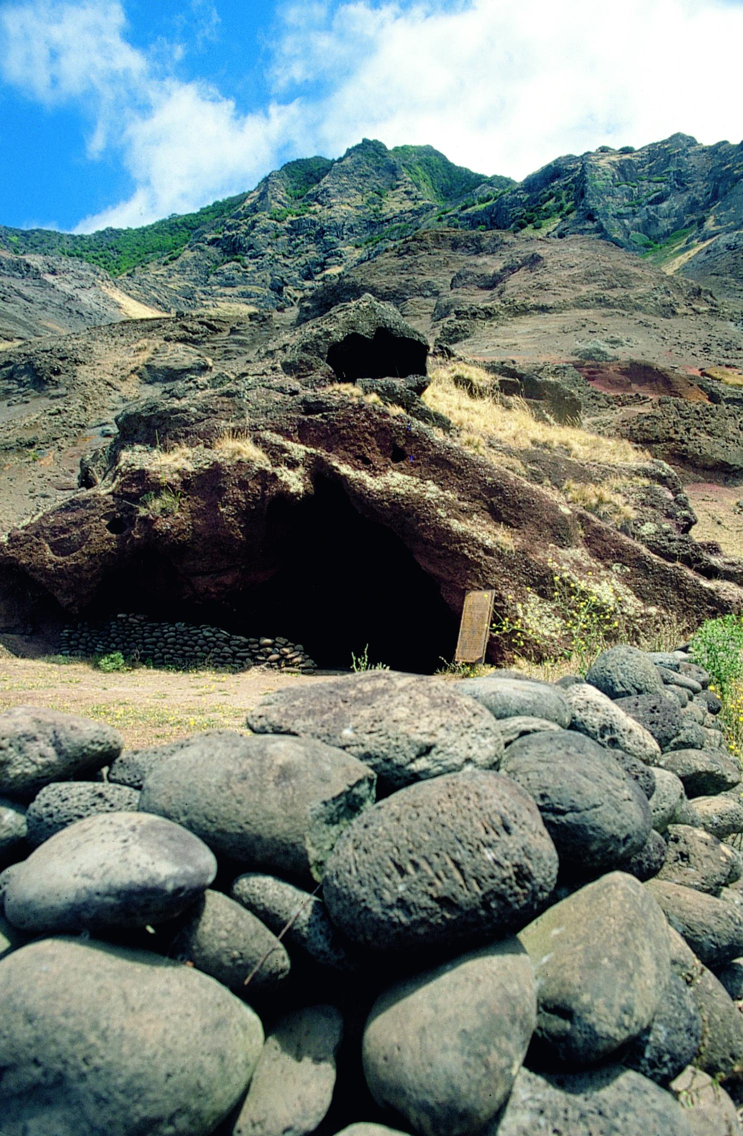 Les légendes locales assurent que c'est dans cette grotte que vécut, pendant plus de quatre ans, Alexander Selkirk.