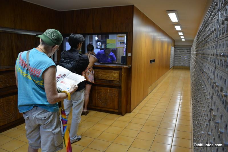 Des particuliers attendent pour récupérer un coli à la Poste de Papeete. S'ils valent moins de 30 000 Fcfp (transport compris), ils n'ont aucune taxe à payer.
