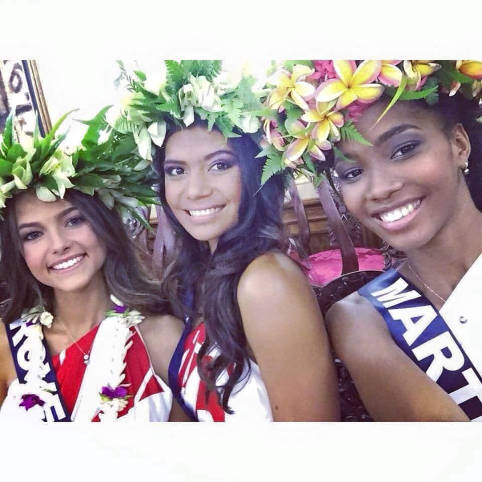 Vaimiti Teiefitu a initié les 30 autres candidates au port de la couronne de fleurs.  Photo : Facebook Julia Courtes