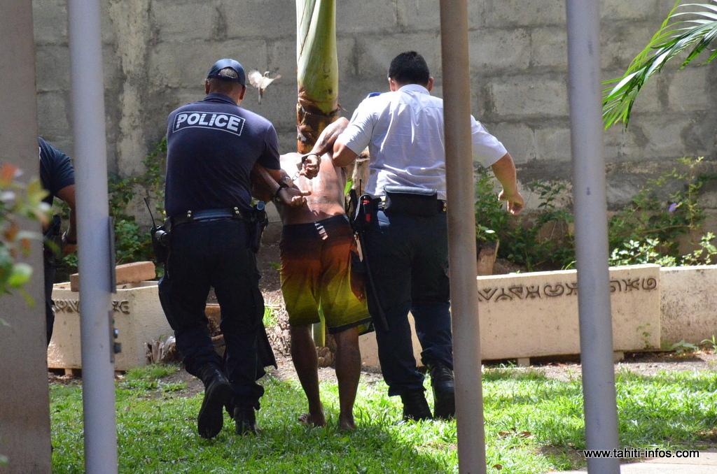 Un homme évacué de force du Palais de justice de Papeete