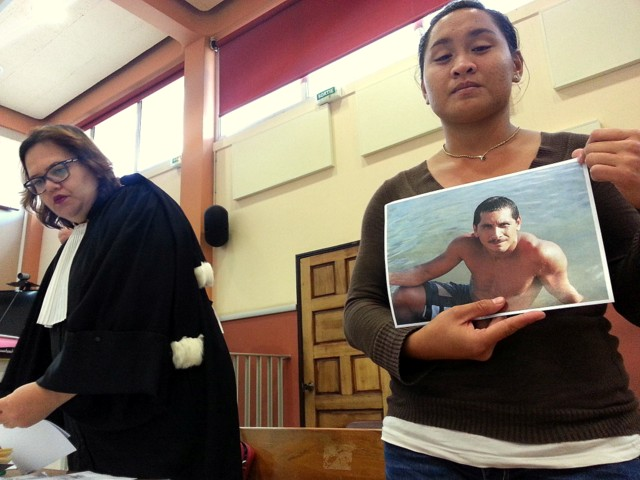 La fille de Stellio Tiatia, la victime, est arrivée à l'audience avec des photos rappelant la joie de vivre de son père, un homme simple apprécié à Taha'a.