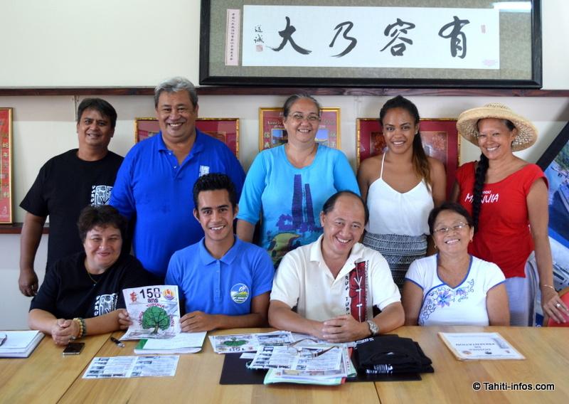 Les membres de l'organisation, rassemblés autour de Roland Sam, président de Varua Tupuna Taina, et de la nouvelle présidente du Si Ni Tong, Aline Flore.