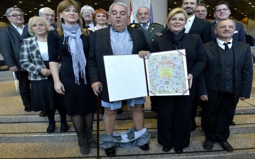 Croatie : il perd son pantalon lorsque la présidente lui remet un diplôme