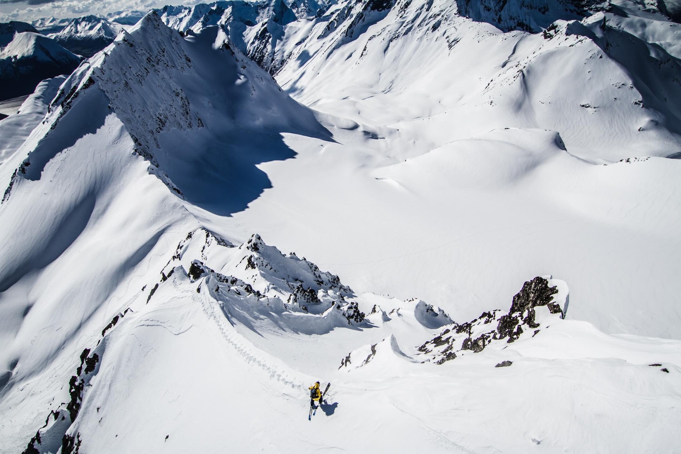 Il y aura beaucoup de ski freeride également ; ici, Wille Lindberg prêt à dévaler un couloir enneigé toujours vierge…