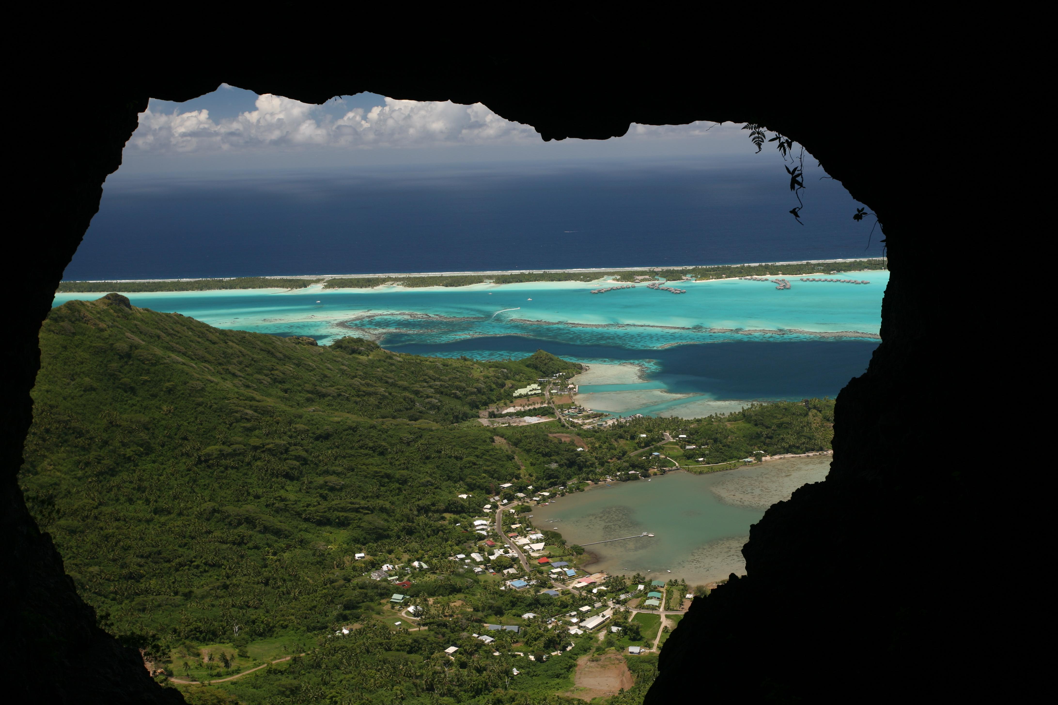 Une fois dans la grotte, voici la vue que le visiteur prend en pleine figure en se retournant : les efforts de la grimpette sont effacés en un instant !