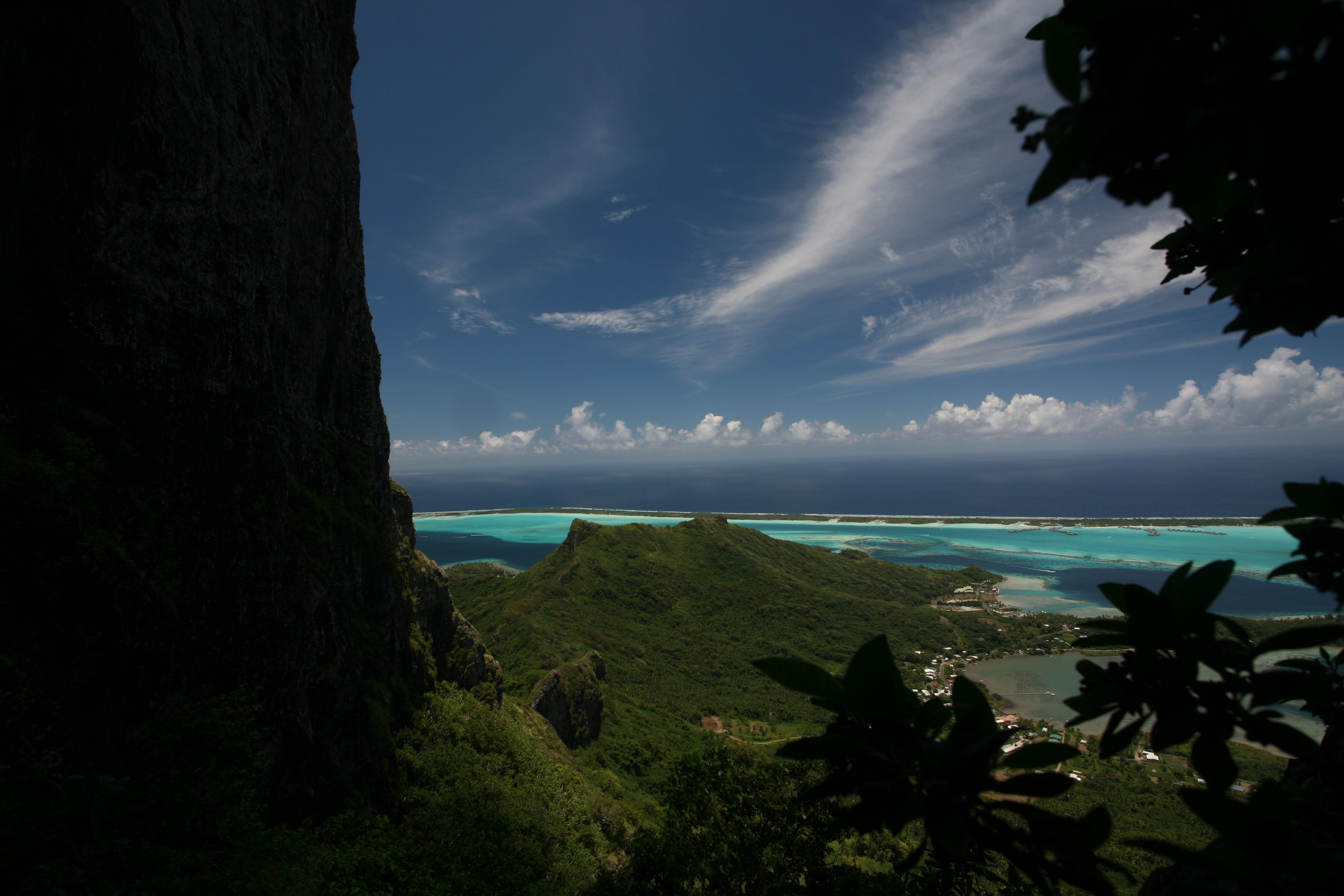 La partie finale de la grimpette s'effectue contre la dent verticale du Otemanu. Singulier contraste entre la douceur du lagon et la brutalité de la parois de basalte.