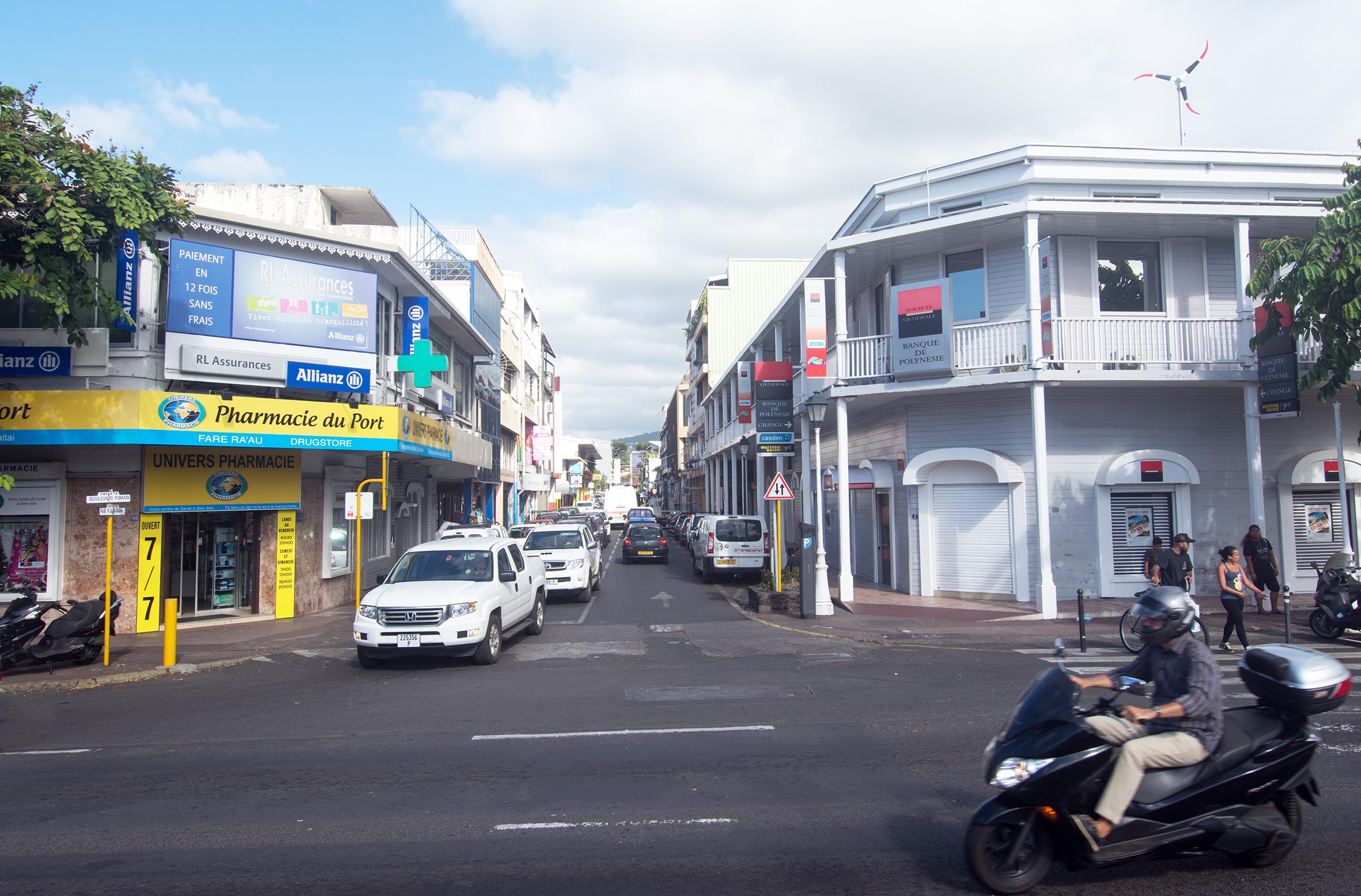 Le même carrefour aujourd'hui avec à gauche la Pharmacie du Port et à droite, la Banque de Polynésie.