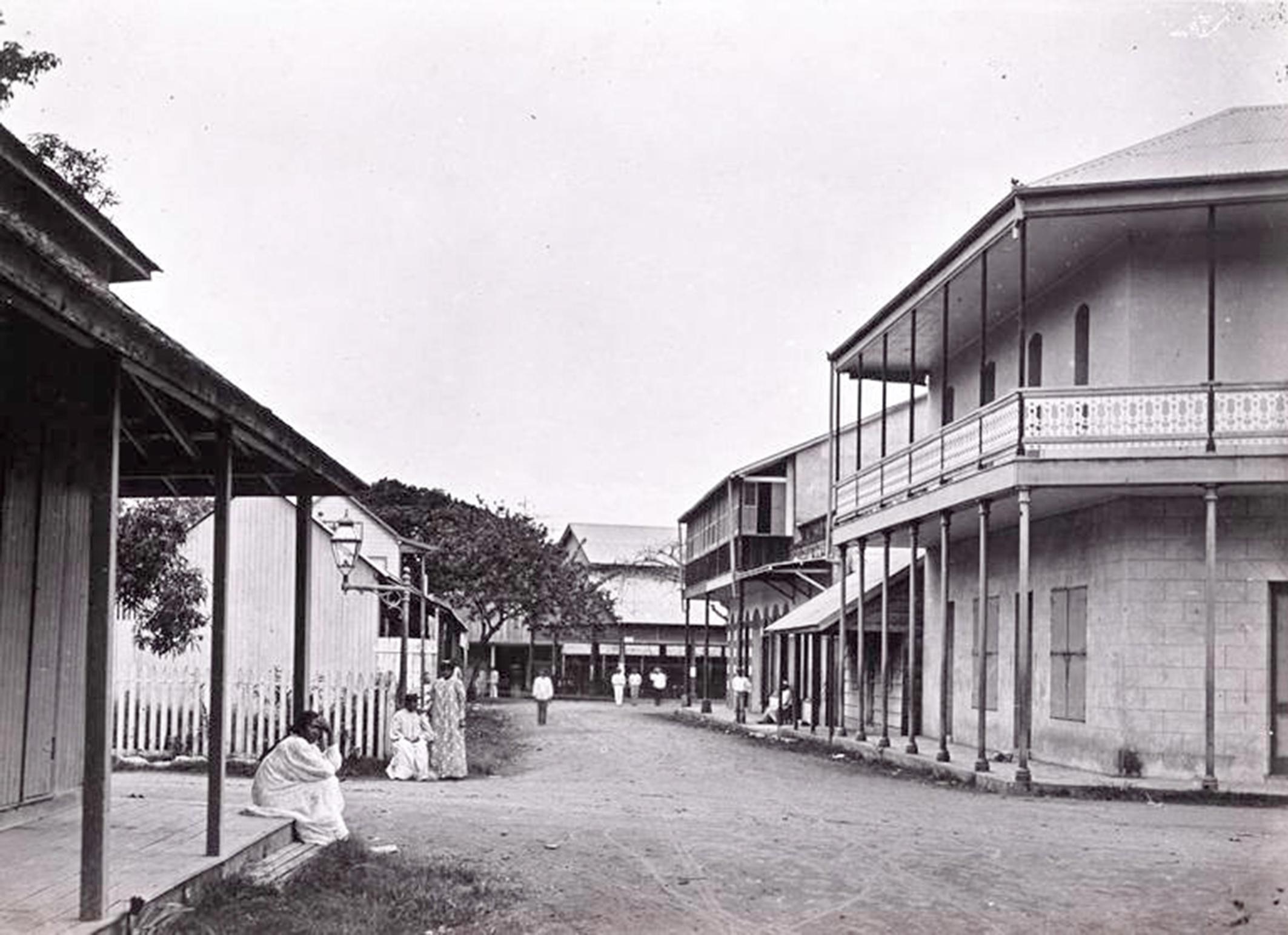 La rue des Beaux Arts en 1897, vue du carrefour avec la rue de l'Est (actuellement rue du maréchal Foch) en direction de la mer. On aperçoit au fond l'ancien marché.