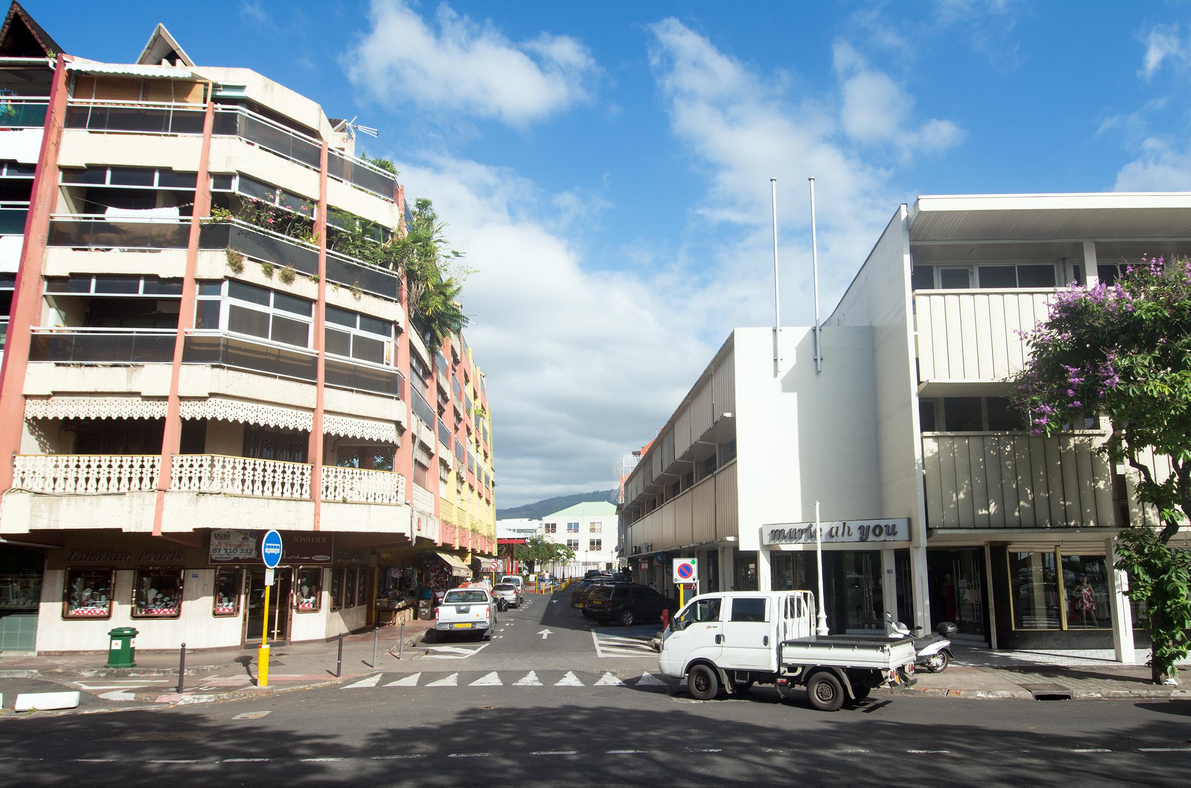 Le même endroit aujourd'hui avec à gauche un nouvel immeuble abritant la bijouterie Fouchard et à droite le magasin Marie Ah You.