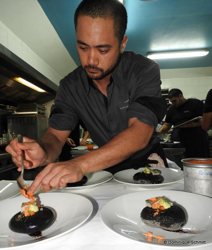 """Heiarii Hoiore est """"le premier chef polynésien d'un restaurant gastronomique"""" annonce fièrement Thierry Sauvage, le propriétaire du Coco's."""