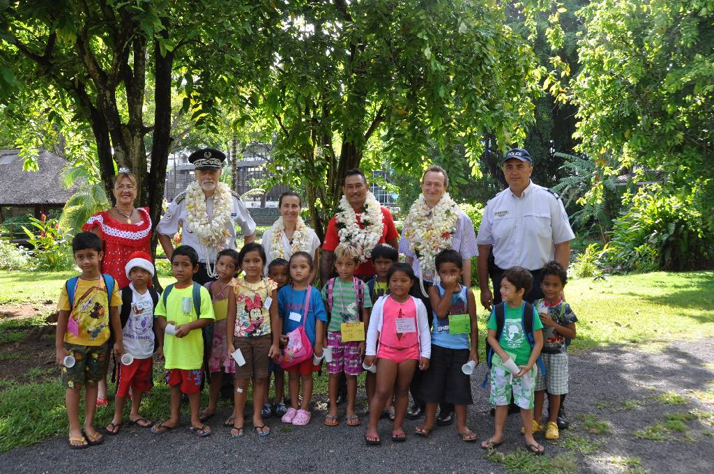 Les enfants ont été reçus par Marc TSCHIGGFREY, Secrétaire général du Haut-commissariat et son épouse ainsi que le Commissaire divisionnaire François PERRAULT, Directeur de la Sécurité Publique.