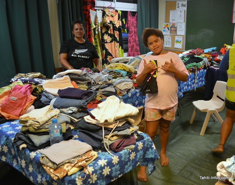 Les volontaires des différentes églises trient les dons reçus