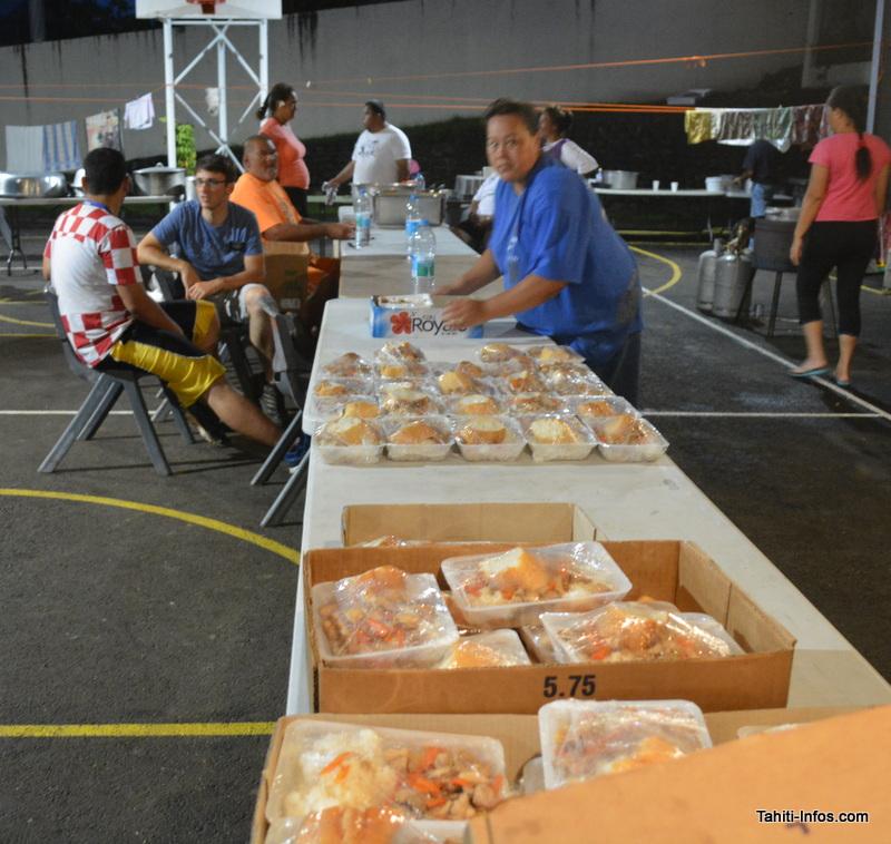 Plus de 1 400 repas sont servis chaque jour, chaque paroisse faisant la cuisine à tour de rôle.