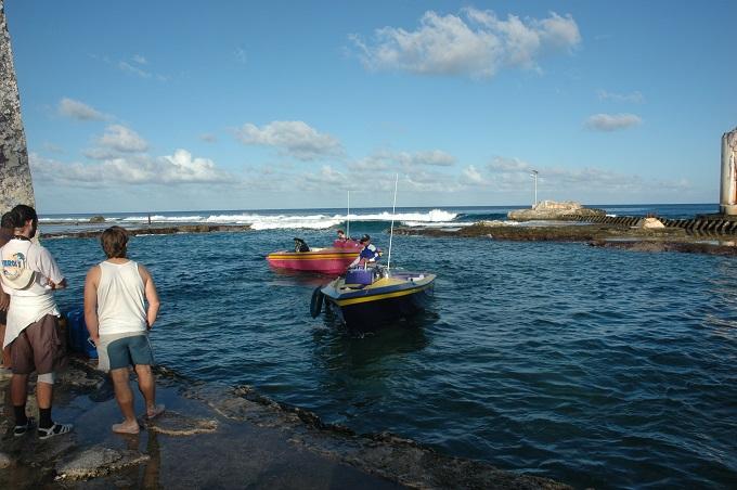 L'île de Makatea, dans les Tuamotu, est très isolée et n'est accessible que par bateau. Une goélette vient faire des livraisons sur place toutes les deux ou trois semaines. Le reste du temps, la population a recours à des poti marara pour rejoindre Rangiroa.