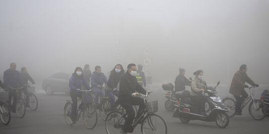 Pékin plongé sous un brouillard polluant déclenche une 2e alerte rouge