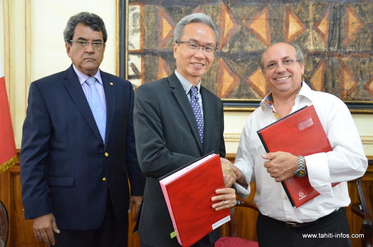 Edouard Fritch en compagnie du mandataire du consortium chinois signataire du protocole d'accord, Ivan Ko, et de Claude Drago, le directeur général de TNAD, maître d'ouvrage du Tahiti Mahana Beach.