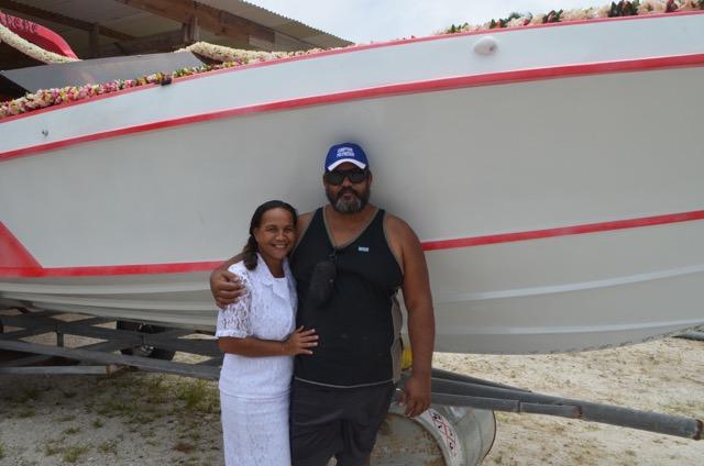 Paul pose fièrement devant son nouveau bateau de 17 pieds, avec son épouse