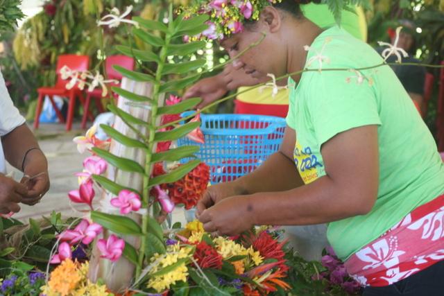 """Les candidates en catégorie """"confection de bouquets de fleurs"""" devaient créer un bouquet en forme de L."""