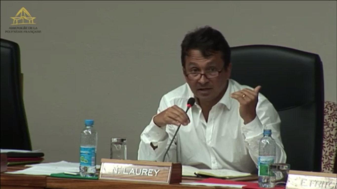 Nuihau Laurey en train de défendre l'article LP18 de son projet de loi,  qui aurait obligé les opérateurs internet à fliquer leurs clients pour le compte de l'administration fiscale. Il l'a finalement retiré.