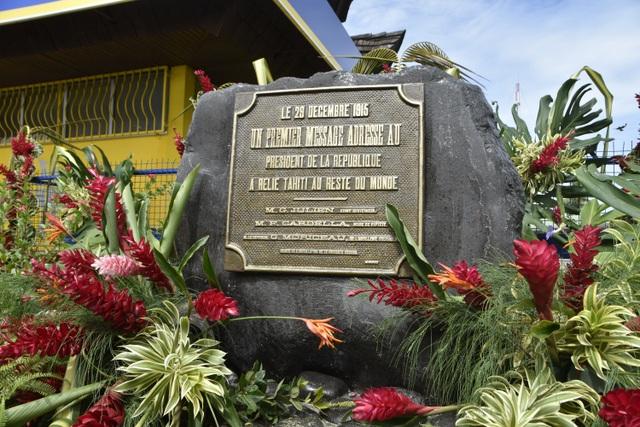 La plaque commémorative de la première liaison radiotélégraphique entre Tahiti et la France le 29 décembre 1915.