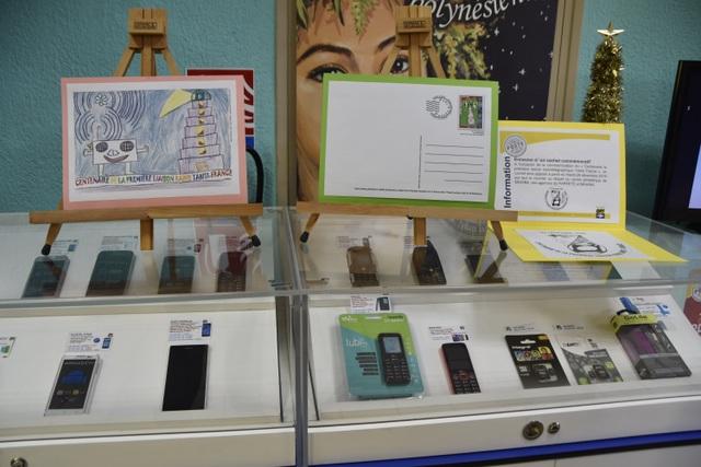 Des timbres et cartes postales commémoratives ont été émis hier afin de marquer l'évènement, illustrés de dessins d'enfants de Mahina.