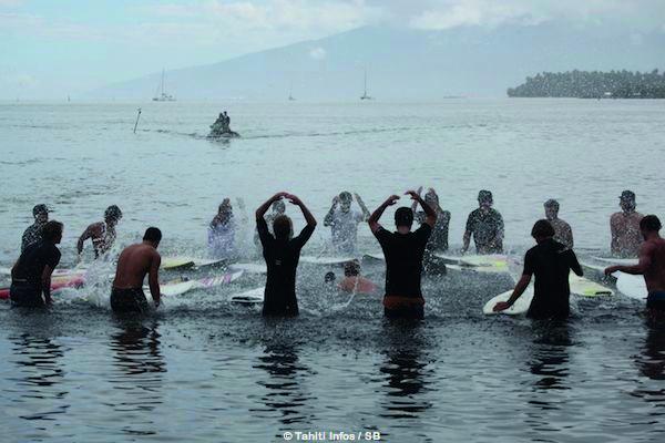 Hier matin, la cérémonie officielle d'ouverture de la Billabong Pro, un émouvant hommage en l'honneur de Ricardo dos Santos, le surfeur brésilien décédé à Rio en début d'année, tué d'une balle perdue.