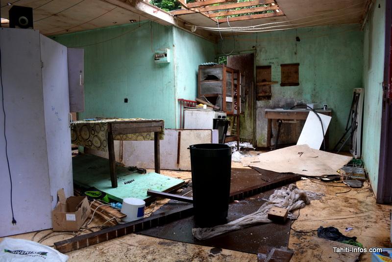 Cette maison en bord de rivière a été saccagée par les éléments. Elle devrait être détruite et ne pourra pas être reconstruite au même endroit : le propriétaire devra se trouver un nouveau terrain, en zone bleue.