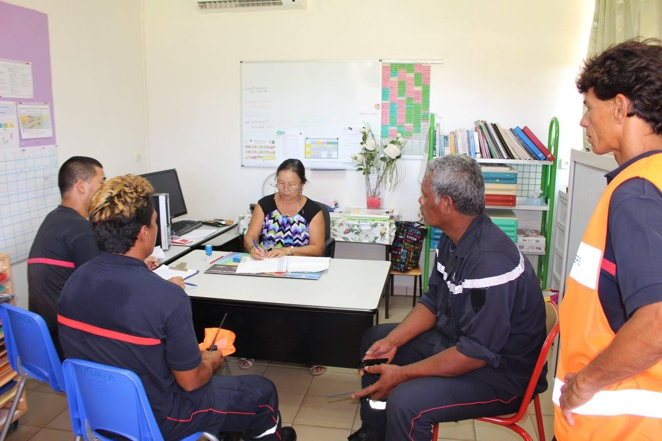 À la fin de l'exercice, la directrice de l'école et les sapeurs-pompiers ont dressé le bilan de l'opération