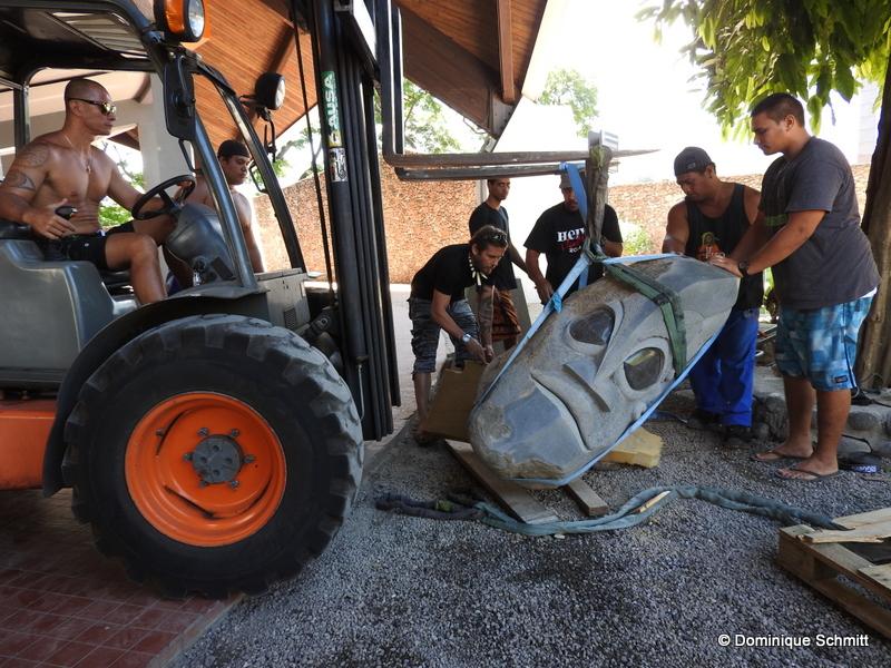 Les équipes de Te Fare Tauhiti Nui ont dû rivaliser d'ingéniosité pour hisser sur son socle cette pièce en basalte mesurant 1m50 et pesant environ 800 kilos.