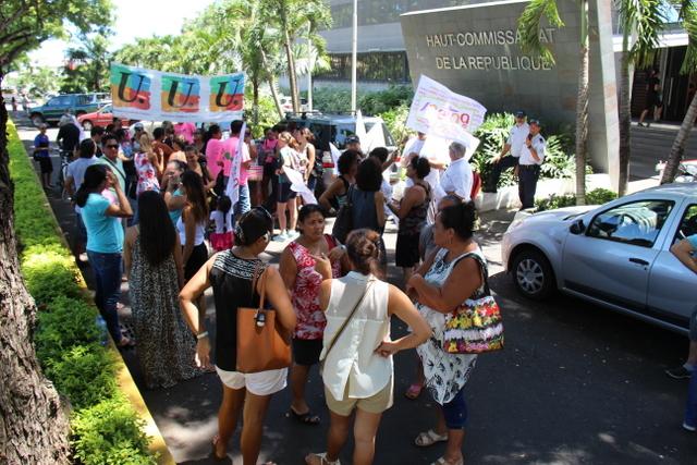 Les banderoles étaient de sortie ce mardi matin, mais les grévistes clairsemés et encadrés par la police.