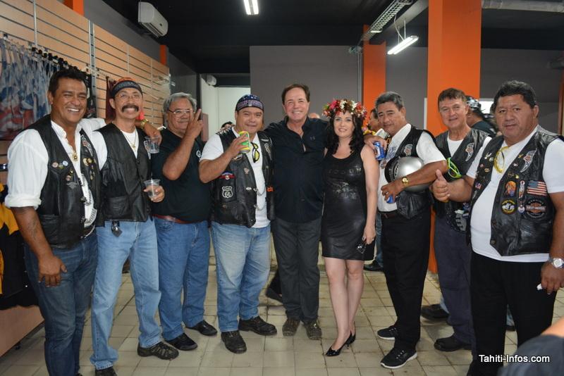 Le couple Grand entouré de quelques bikers, à l'inauguration de la première concession Harley-Davidson de Polynésie le 22 janvier.