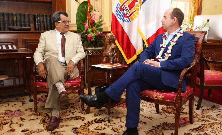 Jean-Jacques Urvoas en février 2015 avec le président Edouard Fritch.