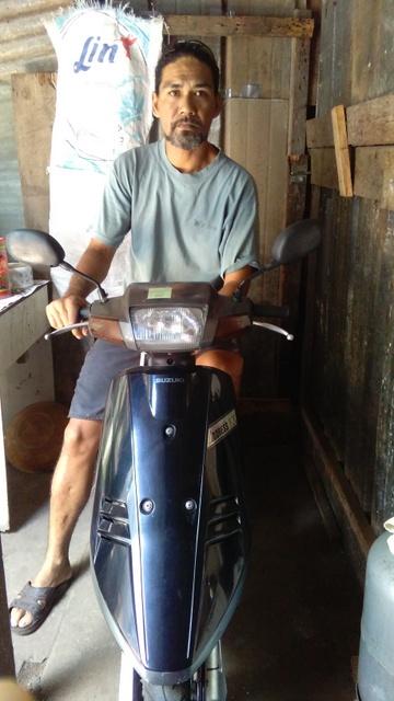 Grâce à son deuxième prêt accordé par l'ADIE, Bernard a acheté un scooter, qui lui permettra d'effectuer les livraisons chez ses clients.
