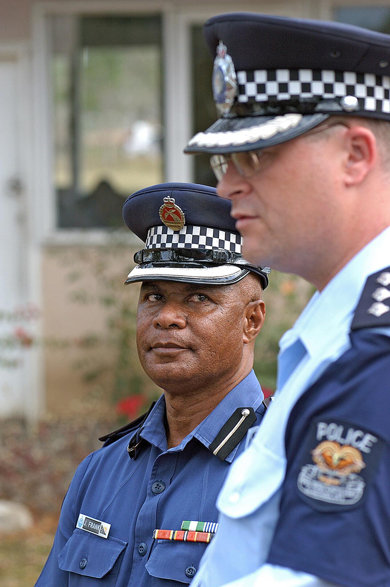 Les policiers papous s'arrêtent entre eux