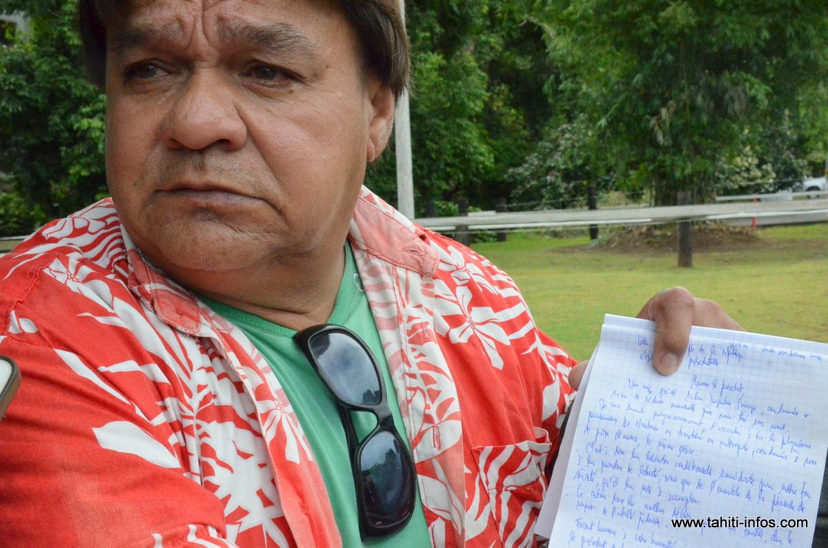 Wilfrid Pomare avec le courrier qu'il destine au Président Hollande pour demander la remise gracieuse de peine des détenus polynésiens condamnés à moins de 10 ans de prison.