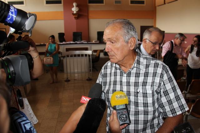 Emile Vernaudon, ministre des Postes et télécommunications, a été le premier à passer à la barre.