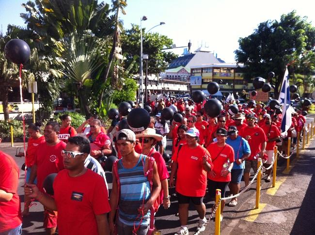 Le cortège de la manifestation parti du mémorial du 2 juillet 1966 a traversé le centre ville de Papeete ce mardi matin.