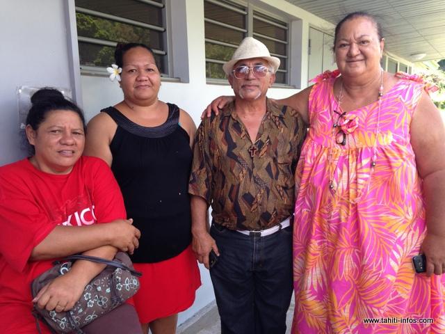 Hinano (en robe rouge) avec ses bénévoles ont effectué la livraison des 2 tonnes de produits récoltés à la presqu'île, sur Papenoo